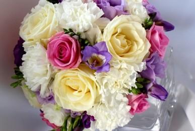 bukiet-slubny-w-kolorach-bieli-rozu-fioletu