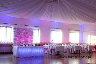 dekoracje-sal-weselnych-podwieszany-sufit-materialem