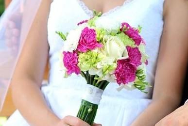 bukiet ślubny w kolorach fuksji, bieli
