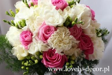 bukiet ślubny z róż frezji goździka