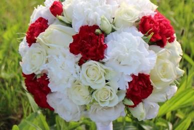 bukiet ślubny biało czerwony