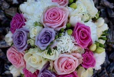 bukiet ślubny z kwiatów mieszanych biel róż fiolet